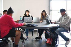 WSU Tri-Cities estudiante de ingeniería Cynthia Castillo (Derecha al centro) estudia con un grupo de estudiantes en el edificio de la Unión de estudiantes en el campus