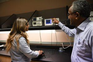 WSU Ingeniería Cynthia Castillo trabaja con Mohamed Osman, profesor de Ingeniería Eléctrica, en uno de los laboratorios de Ingeniería en el campus